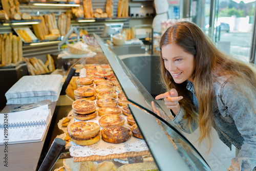 Autocollant pour porte Boulangerie girl pointing at pastry