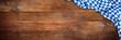 canvas print picture - Rustikaler Oktoberfest holz panorama hintergrund leer mit wiesn bayern bayrische fahne flagge / bavaria wooden wood wide background with bavarian flag empty copy space
