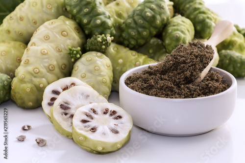 Photo Noni fruit or Morinda Citrifolia with noni slice and noni powder for health on the white background