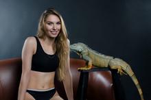 Sexy Girl Fnd Green Iguana In ...