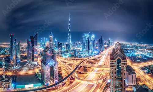 Fototapeta premium Kolorowe nocne panoramę dużego, nowoczesnego miasta. Dubaj, Zjednoczone Emiraty Arabskie. Tło podróży.