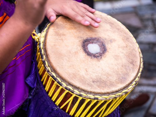 Poster Afrique du Sud drummer use hand to drum on tom-tom(a tall narrow drum) in festival