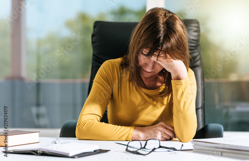 Photo  Desperate businesswoman with hand on forehead