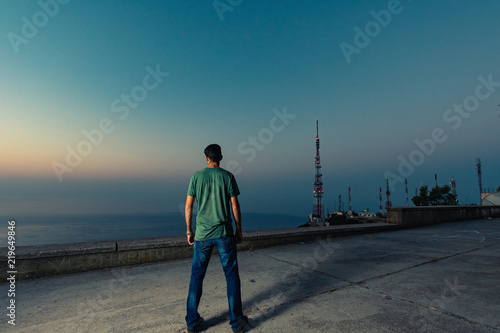 Fotografía  hombre de espalda mirando unas antenas