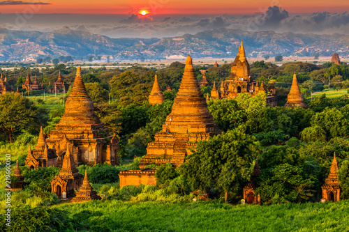 Photo  Ancient temple in Bagan after sunset, Myanmar temples in the Bagan Archaeological Zone, Myanmar