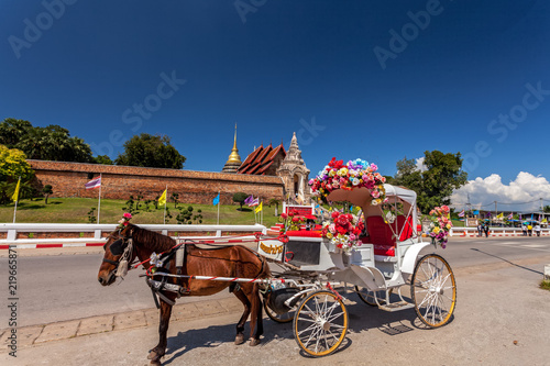 Foto  LAMPANG THAILAND-October 20:The horse carriage in  Lampang  at  Wat Phra That Lampang Luang Lampang Lampang province on October 20 , 2017 in LAMPANG THAILAND