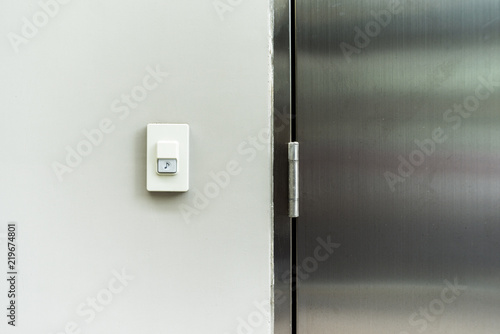 Photo  Closeup doorbell or buzzer on white concrete wall for called at home