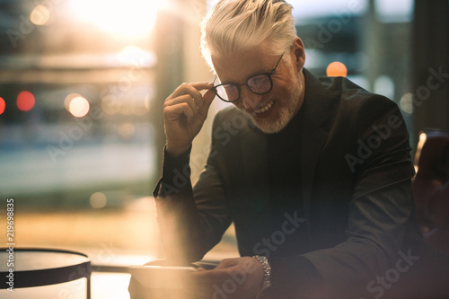 Photo  Businessman enjoying watching online video on his mobile