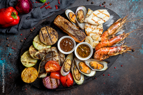 Photo  Seafood grilled on plate