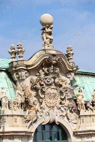 Fotografía  Atlas god statue holding sphere on shoulders, Wallpavillon Zwinger palace, Dresd
