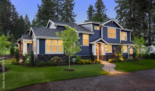 Fotografia Beautiful Home Exterior at Twilight: New House with Beautiful Yard and Landscapi
