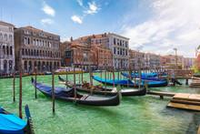 Blick Auf Die Gondeln Des Kanal Grande An Einem Sonnigen Tag In Venedig, Italien