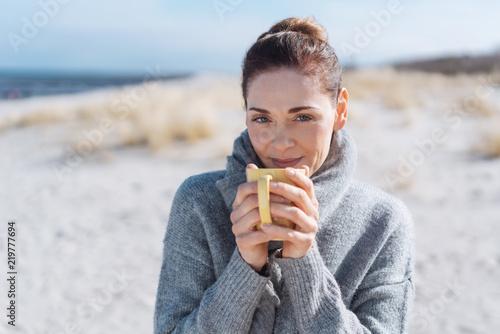 Fotografie, Obraz  entspannte frau mit einer tasse heißen tee am meer