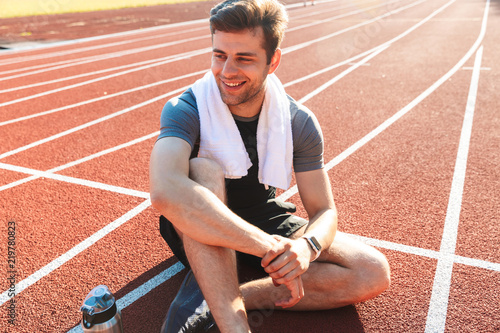 Photo Smiling sportsman finished running at the stadium