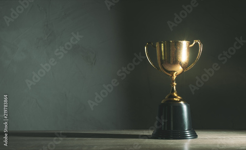 Papel de parede champion golden trophy placed on wooden table