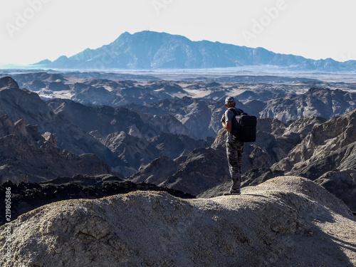 Fototapeta homme et vallée de la lune - Namibie obraz na płótnie