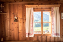Fenster Mit Bunten Vorhängen In Holzhütte