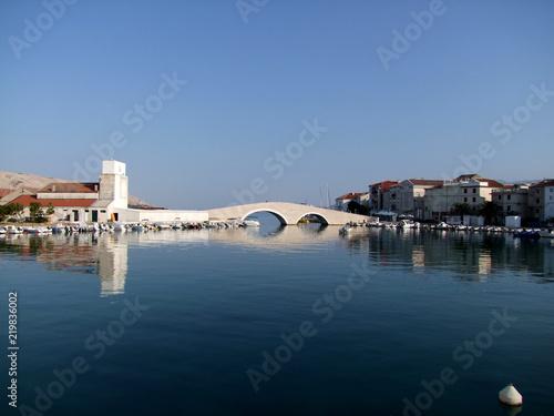 Foto auf AluDibond Stadt am Wasser Kulturzentrum Pag in Kroatien