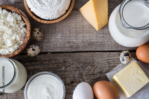 Poster Produit laitier Selection of dairy products on rustic wood bacground