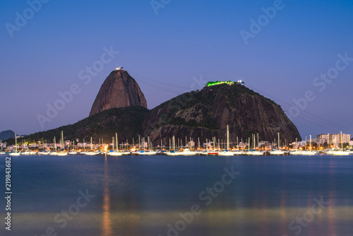 Photo View of the Sugarloaf Mountain From the Botafogo Beach at Night in Rio de Janeir