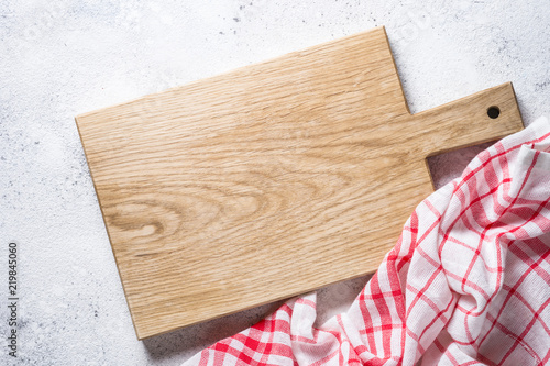 Photographie Empty wooden cutting board and tablecloth on white stone table.