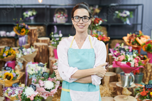 Foto Portrait of female floser shop owner posing confidently and looking at camera