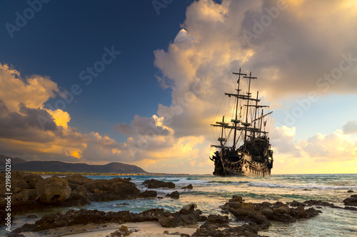 Foto auf Gartenposter Schiff Old ship silhouette in sunset scenery, Italy
