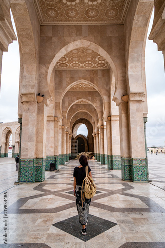 Leinwand Poster Femme visite mosquée Maroc Casablanca Hassan II Arche
