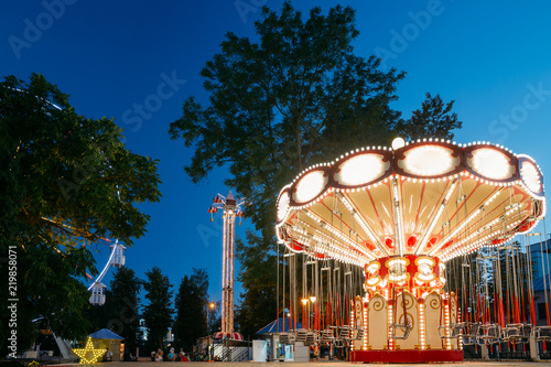 Papiers peints Attraction parc Carousel Merry-Go-Round. Summer Evening In City Amusement Park.