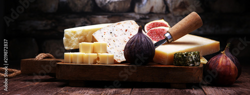 Foto Cheese plate served with figs, various cheese on a platter