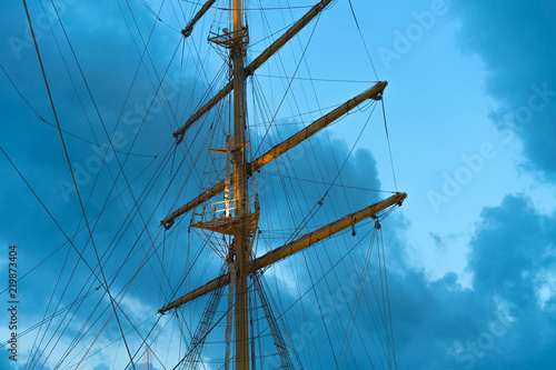 Keuken foto achterwand Schip The mast of a large sailing ship against the background of the evening sky