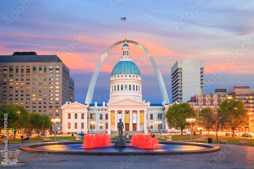 Poster Verenigde Staten St. Louis downtown city skyline at twilight.