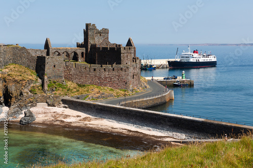 Fotografia Peel Castle on a summers day with ferry on the sea in the background, Isle of Ma