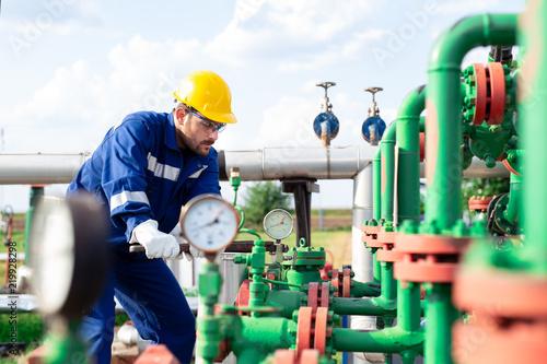 Cuadros en Lienzo Oil worker is checking the oil pump