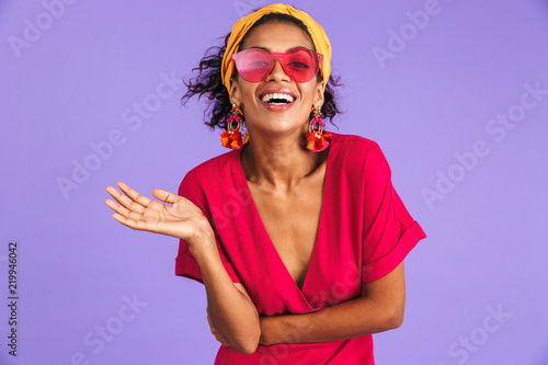 Fotografia Portrait of a cheerful young african woman in headband