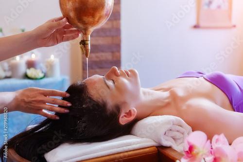 Fotografía  Caucasian woman having Ayurveda shirodhara treatment
