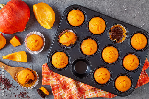 Photo close-up of tasty pumpkin chocolate muffins