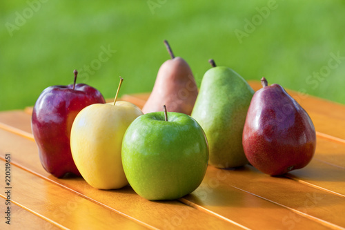 Photo Apples and Pears lined up together on a table