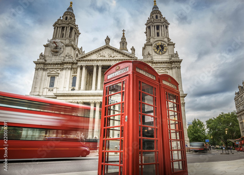 Poster Londres bus rouge red phone boxes and red bus passing Saint Paul's Cathedral in London at cloudy day