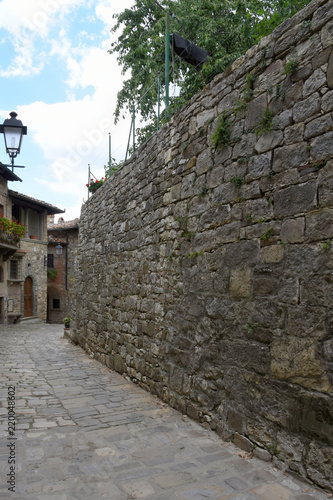 Poster Smal steegje Enge Gasse mit Laterne in der historischen Altstadt von Montefioralle in Chianti