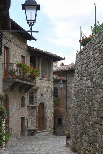 Tuinposter Smal steegje Enge Gasse mit Laterne in der historischen Altstadt von Montefioralle in Chianti