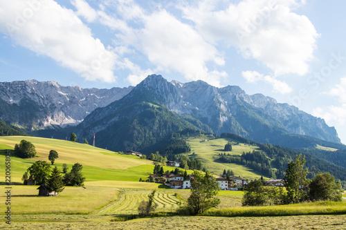 Foto op Plexiglas Europa Landschaft mit Bergen, Tälern, Feldern und Wälder in einem Sommer mit Gebäuden und Dörfern zum wandern und bergsteigen