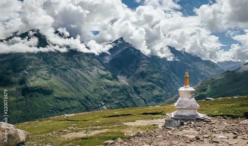 Photo Ritual buddhist stupa on Rohtang La mountain pass in indian Himalaya
