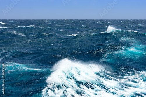Carta da parati Big waves at open sea. Summer monsoon in Indian Ocean