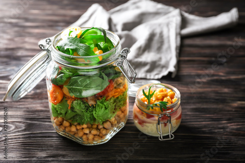 Fotomural  Delicious vegetable salads in mason jars on wooden table