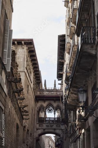 Fotografía  A picturesque bridge-balcony in the Gothic Quarter