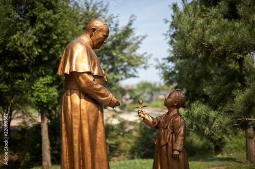 Fotografie, Obraz  프란치스코 교황과 소녀 동상