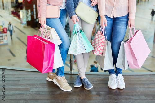 Fotografía  Weibliche Kunden mit vielen Einkaufstüten