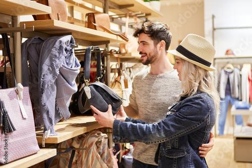 Fotografía Junges Paar im Laden für Damenmode