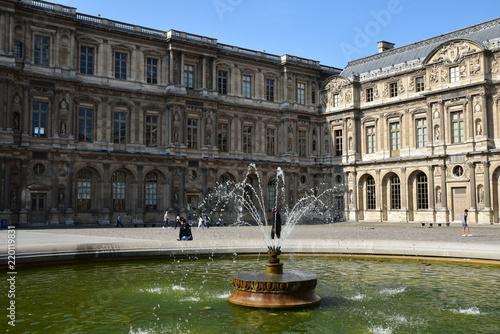 Poster Fontaine Fontaine cour Carrée du Louvre à Paris, France